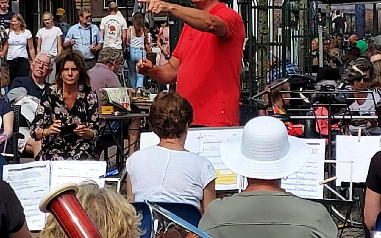 Dirigent Guus Pieksma met zijn 'mienskipsorkest' afgelopen zomer in het centrum van Dokkum.