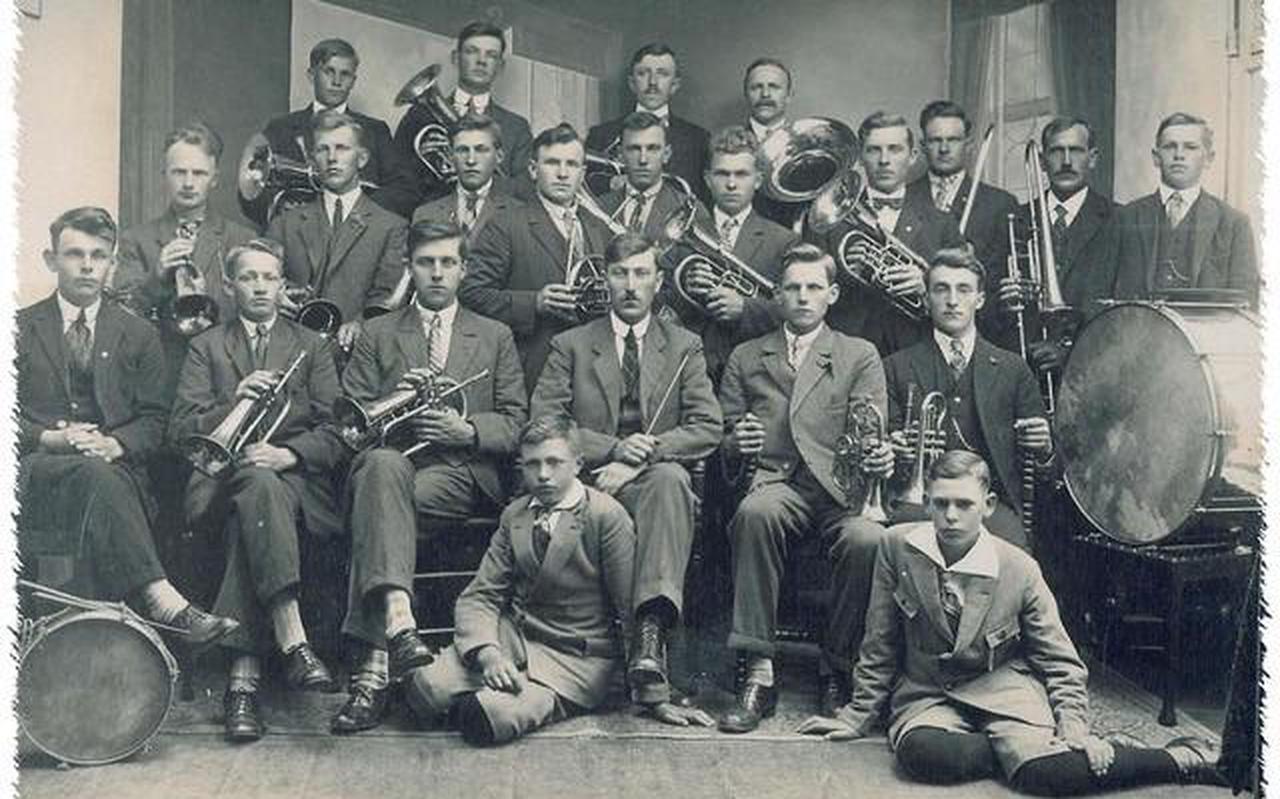 Halleluja Drachtstercompagnie kort na de oprichting. Er zaten toen alleen mannen op het muziekkorps.
