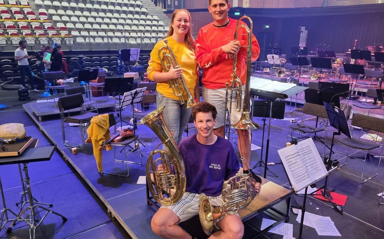 Amber Snip en Gerrit Jan Elzinga met op de voorgrond Reinder Boomsma in het Topsportcentrum in Almere waar het NSO repeteert en concerteert.