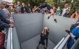 De circusartiesten van het Nederlandse TENT met hun voorstelling 'PIT' waar het publiek vanuit een kubus van bovenaf op toe kijkt.