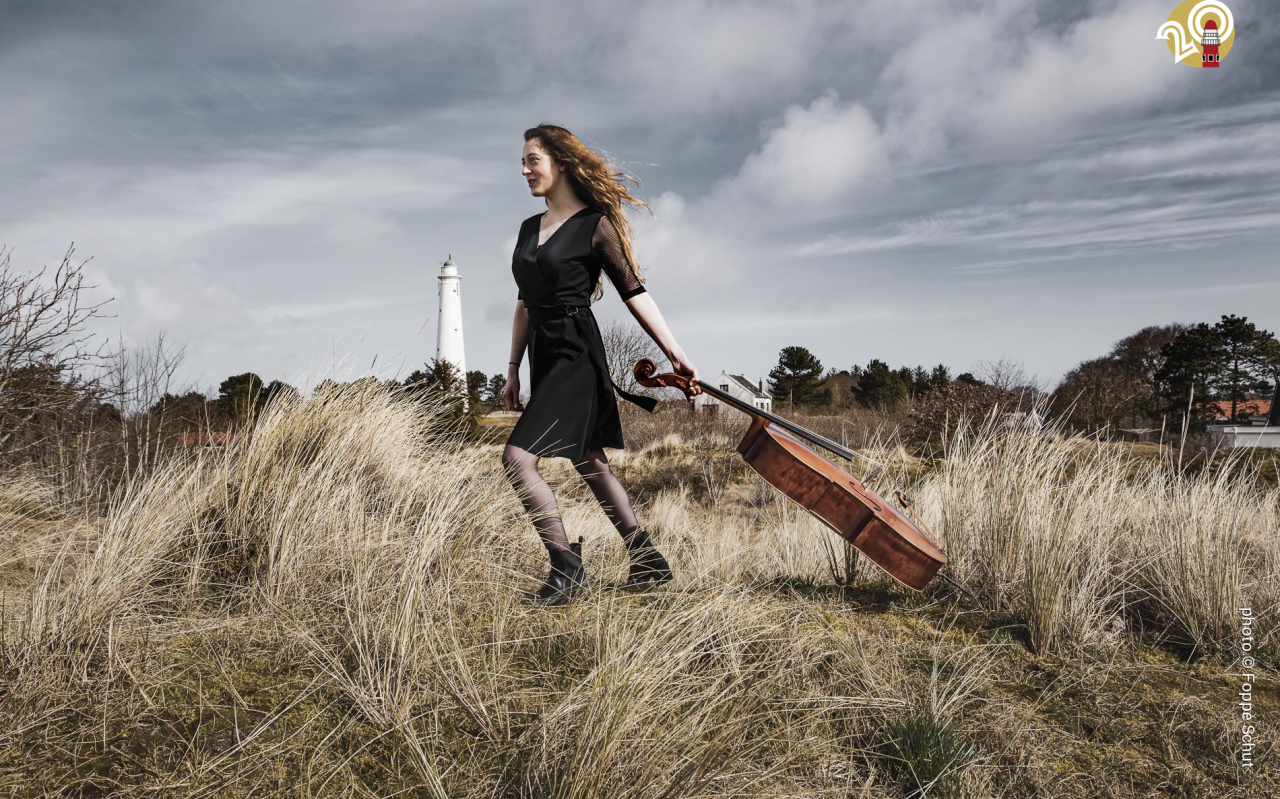 Florianne Remme sleept haar cello door de duinen op Schiermonnikoog.