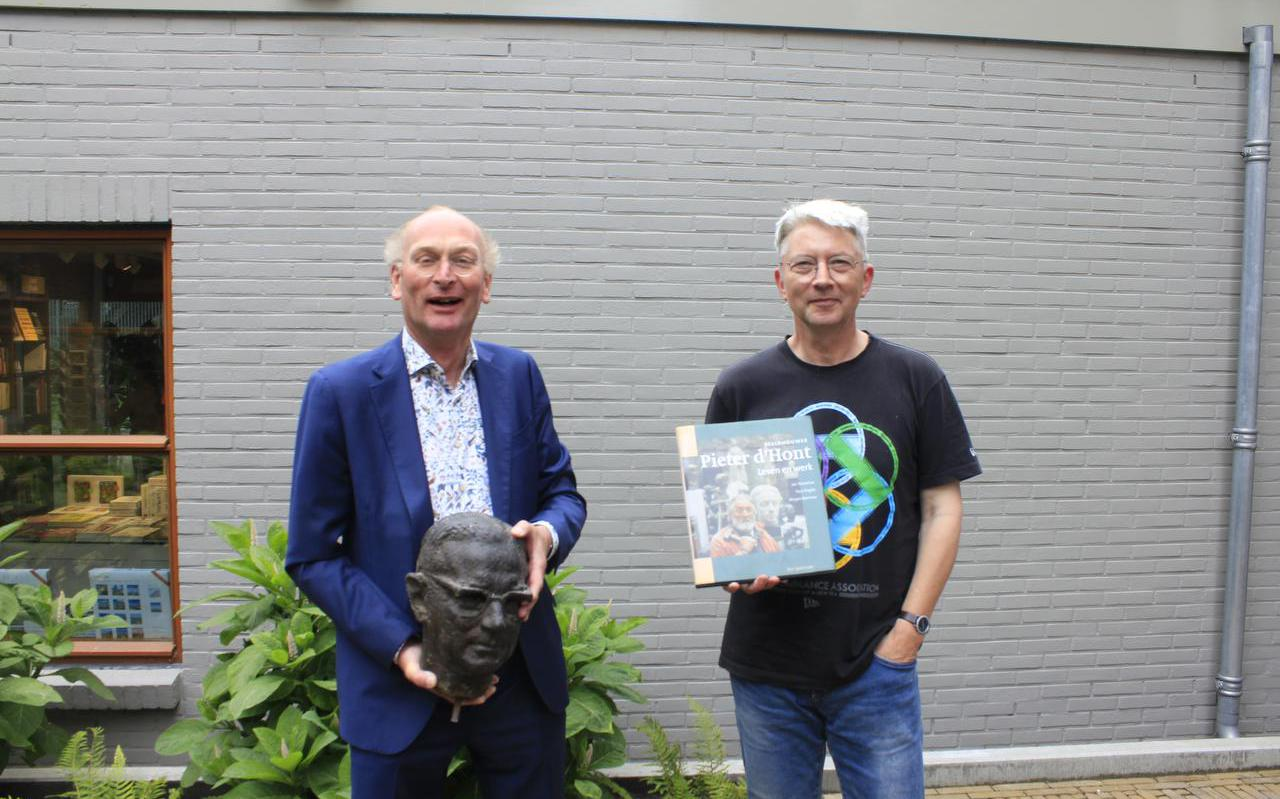 Directeur Hugo ter Avest (links) van het Hannemahuis in Harlingen ontvangt het borstbeeld van schrijver Simon Vestdijk van diens zoon, Dick Vestdijk.