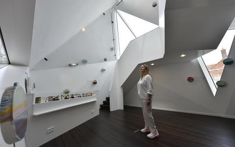 Eigenaresse Astrid van der Hoek in de nieuwe tentoonstellingsruimte van De Utrecht, waar kunstenares Anke Roder als eerste exposeert.