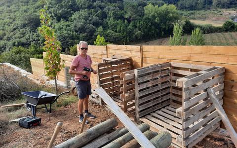 Bouwe de Boer bouwt aan een houtopslag bij Vimeiro.