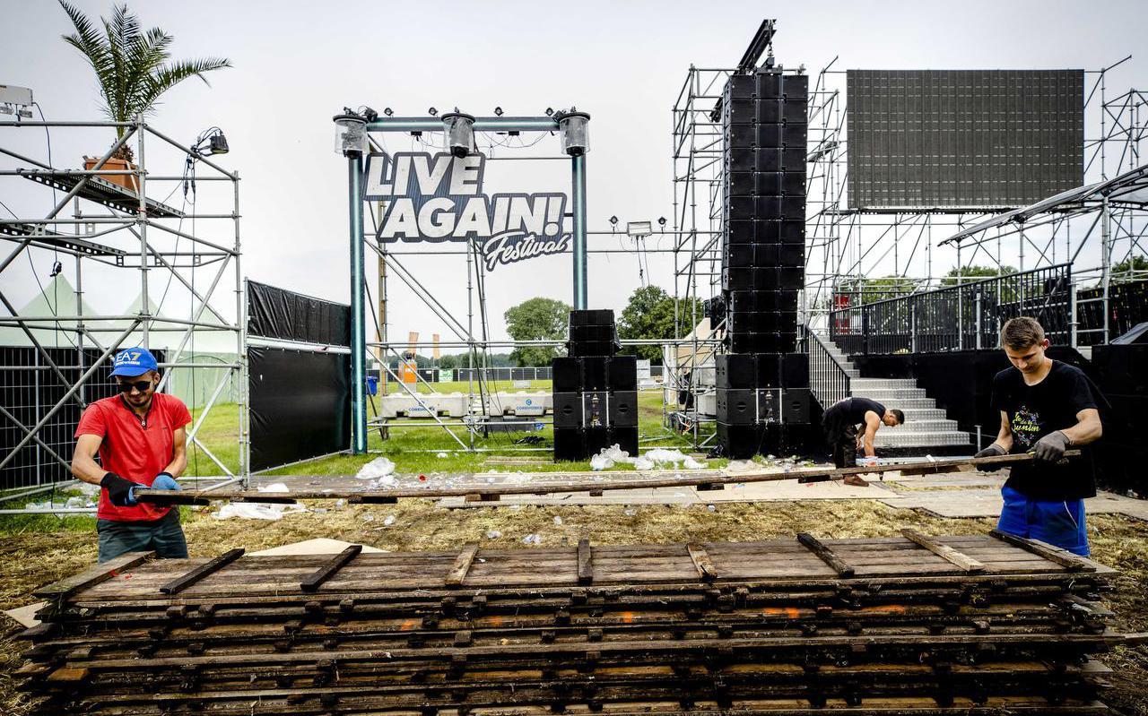 Afbouw van het festival 7th Sunday: Live Again! in Erp. Demissionair premier Mark Rutte en zorgminister Hugo de Jonge maakten bekend dat eendaagse evenementen minder bezoekers mogen ontvangen, die bovendien allemaal moeten zitten. Veel festivals worden dan ook op het laatste moment afgelast.