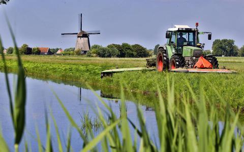 Maaien van het grasland waar veel klaver op staat bij een boerderij die duurzamer werkt.