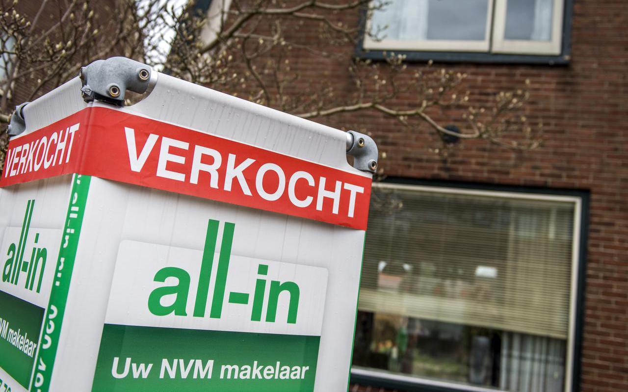Een bord met verkocht van de Nederlandse Vereniging van Makelaars (NVM).