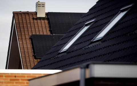 Een woning met zonnepanelen.