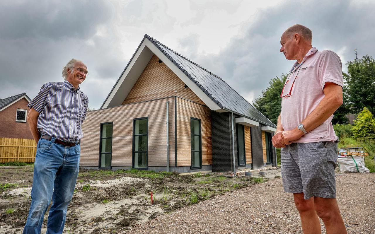 Kees Boer en Rients Haanstra van Mienskip Wûns voor de sociale huurwoningen die het dorp liet bouwen.