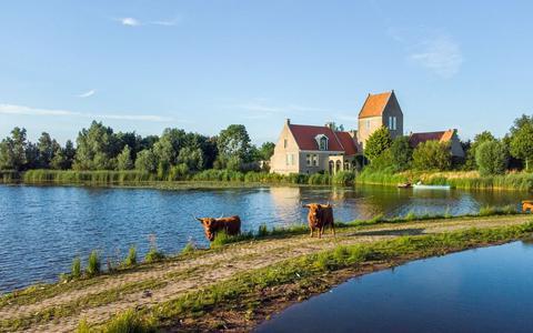 Het landgoed in Mirns met zestien hectare grond staat momenteel te koop.