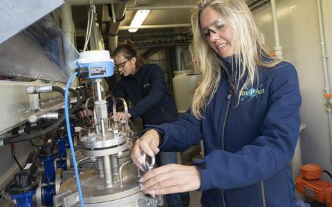 SusPhos-directeur Marissa de Boer met Alex Buikstra aan het werk in het laboratorium bij de waterzuiveringsinstallatie van Wetterskip Fryslân.