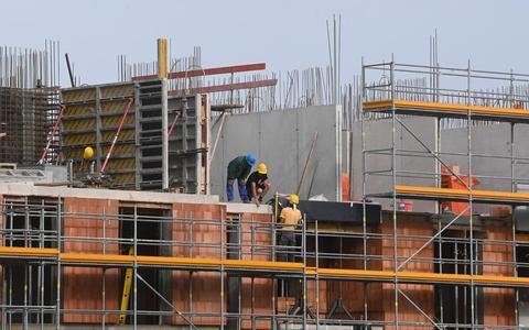 Bouwvakkers aan het werk op een bouwplaats.