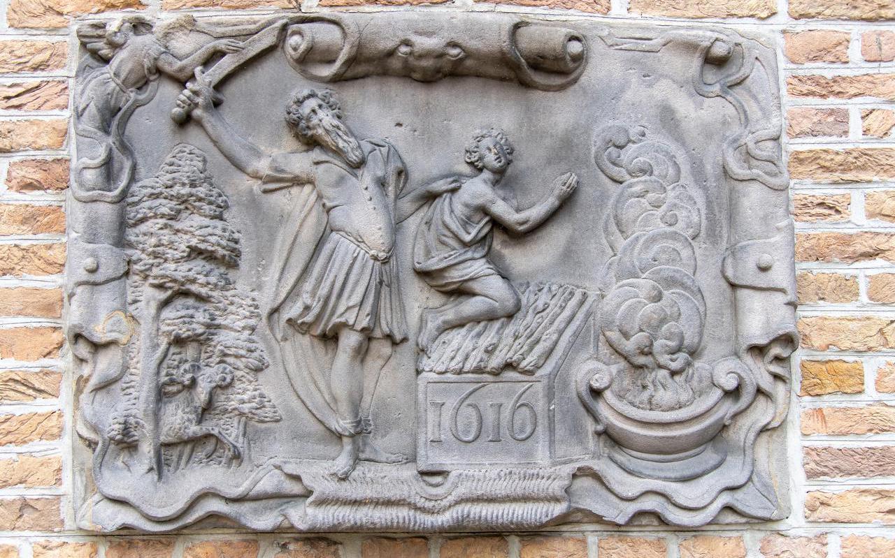Gevelsteen in Gouda van het Bijbelse verhaal van Abraham en Isaak.