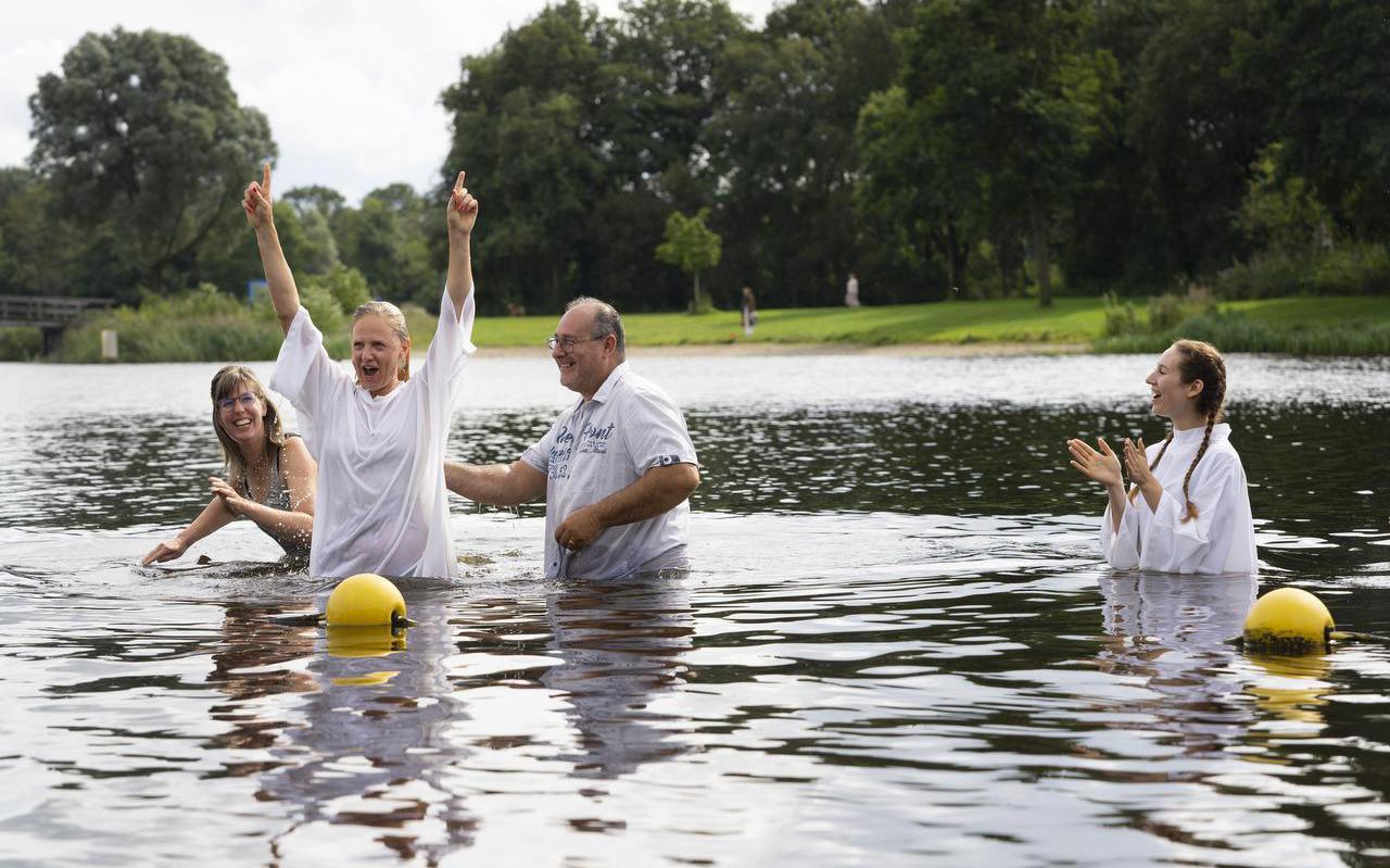 Ilona de Vries wordt gedoopt in de Groene Ster. Rechts Michele Botma.