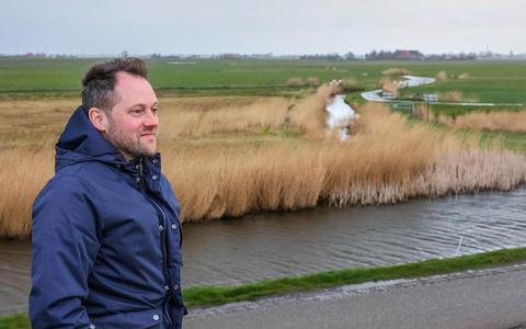 Melkveehouder Pieter van der Valk bij het gebied Pijpkaneel. Volgens hem gedijen weidevogels, zoals de grutto, beter als er grotere aaneengesloten gebieden zijn met optimale omstandigheden.