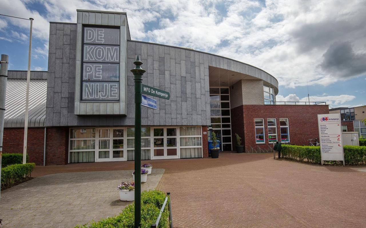 Mfc De Kompenije in Jubbega. Dorpshuisbesturen zitten met handhaving van coronaregels.