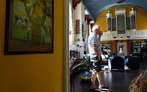 Een kerk in Baard is veranderd in een woning. De eigenaren geven geregeld huiskamerconcerten voor de gemeenschap.