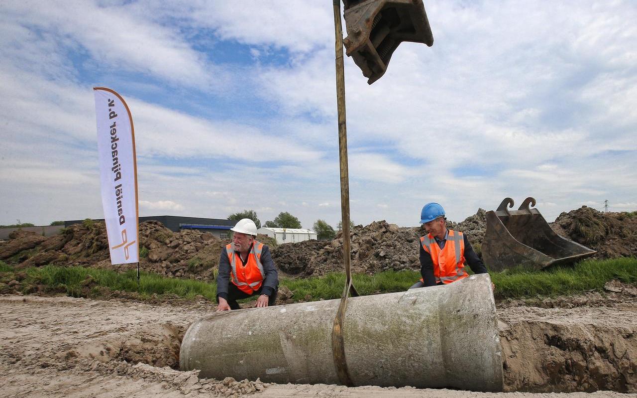 Wethouders Pieter Braaksma (l) en Albert van der Ploeg in 2018 bij de uitbreiding van bedrijventerrein Betterwird in Dokkum.