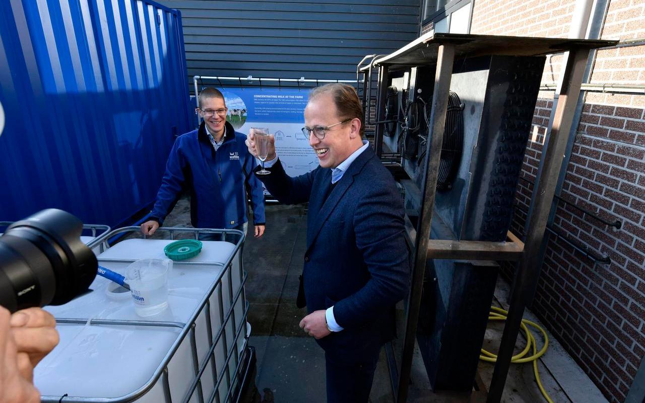Wethouder Friso Douwstra (r) stelt de demonstratie-installatie voor het indikken van melk in werking op innovatiecentrum Dairy Campus in Leeuwarden.