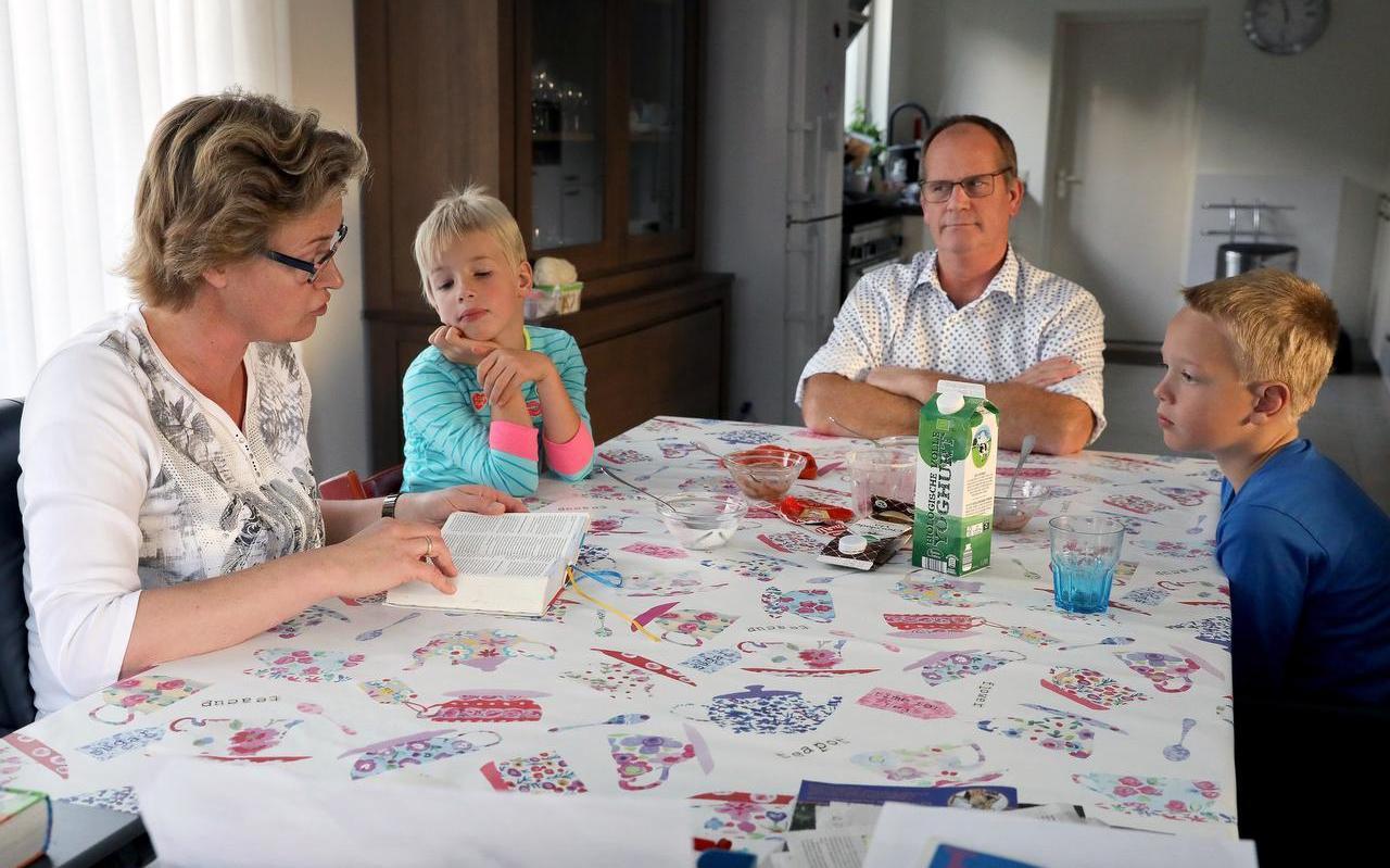 Ina Deuling leest voor, terwijl Celine, Bernard en Daniël luisteren.