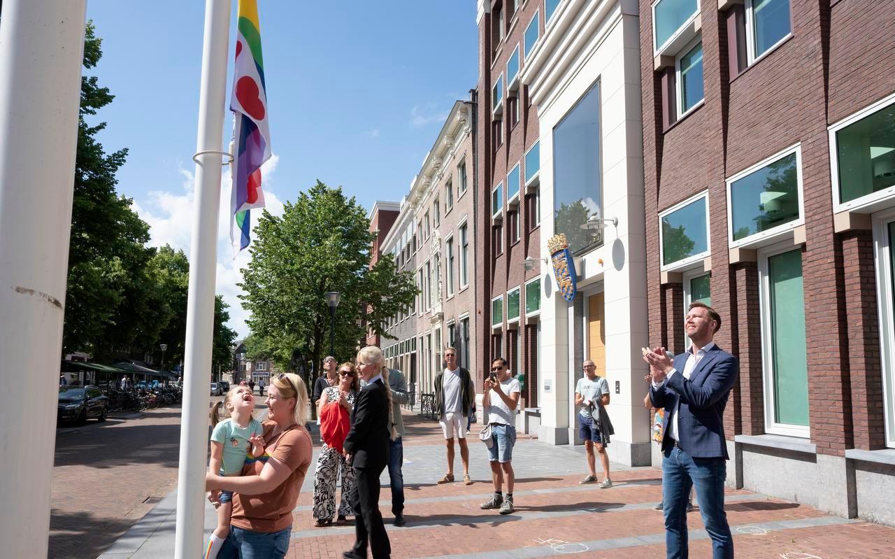 Sipke Jan Bousema bij het hijsen van de Friese variant van de regenboogvlag voor het provinciehuis.