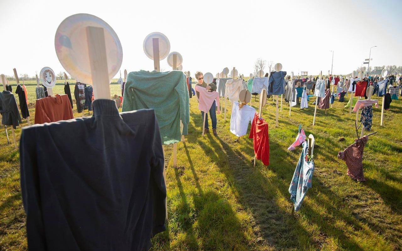 Kledingstukken aan houten poppen in een weiland bij Morra. Met de actie vragen de initiatiefnemers aandacht voor de kinderen in vluchtelingenkampen.