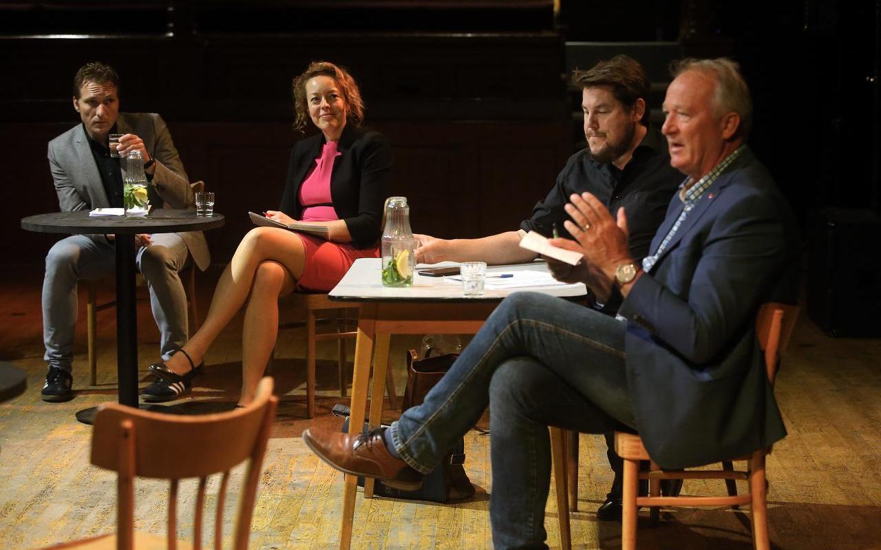 Wethouder Hein Kuiken, gedeputeerde Sietske Poepjes, Sjoerd Bootsma en Sjoerd Galema van LF2028. Foto: Niels Westra