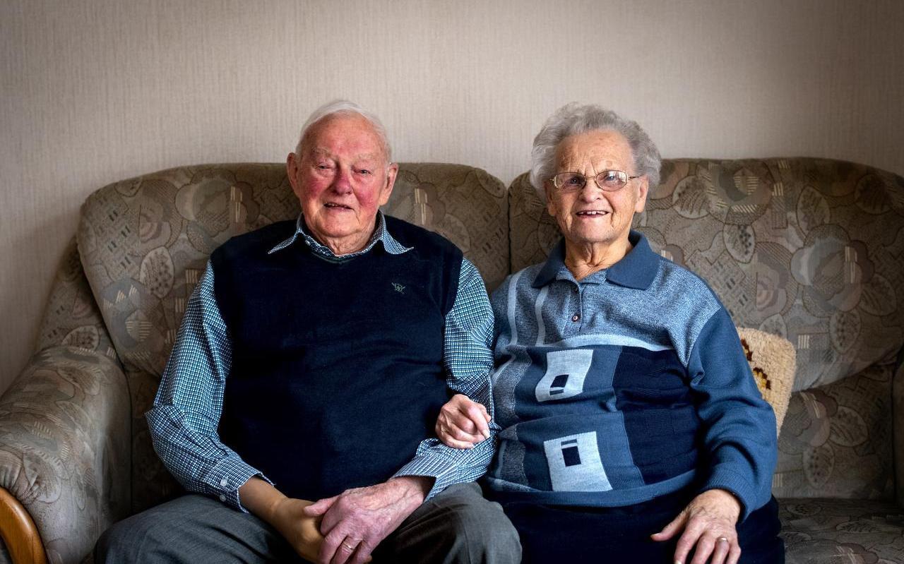 Het jubilerende echtpaar Van Houten in hun woning in Drachten.