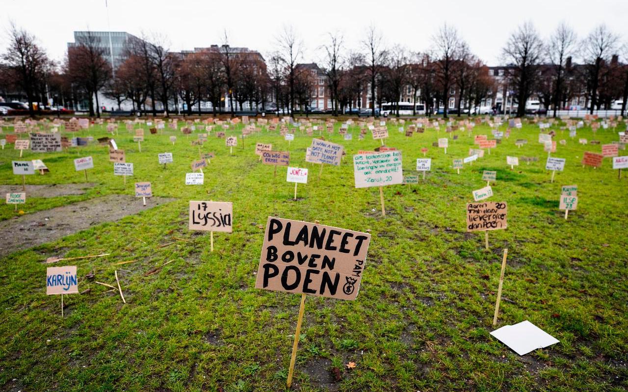 Protestborden op het Malieveld. De jongerenbeweging Youth For Climate protesteerde in december coronaproof om aandacht te vragen voor het klimaatprobleem.