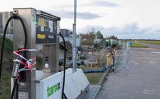 In de eerste plannen van Dursum Eiloan stond dat de enige openbare benzinepomp op het eiland alleen klimaatneutrale brandstof moest leveren.