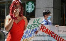 Mitzi Jonelle Tan, woordvoerster van Youth Advocates for Climate Action in de Filipijnen, spreekt tijdens een demonstratie tegen Standard Chartered in Manilla.