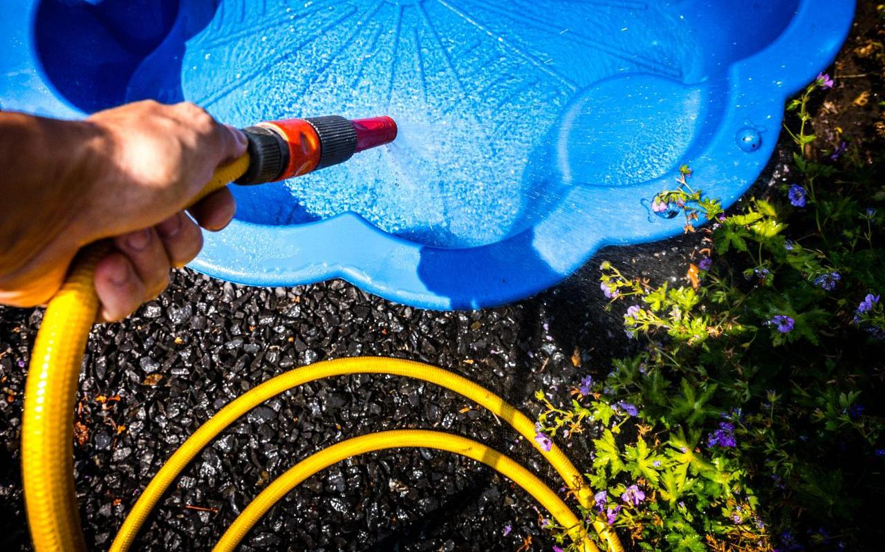 Mensen moeten stoppen met het vullen van zwembaden in de tuin, stelt Vitens. Foto: ANP