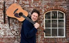 Zanger Piter Wilkens heeft een nieuw album 'De laitsjende feniks'.