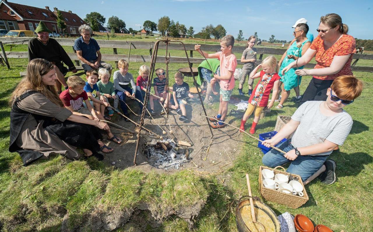 Koken boven een vuurtje in Firdgum, zoals dat in het jaar 1000 ook gebeurde.