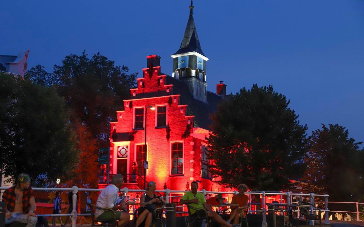 Het voormalige raadhuis in Balk werd gisteren rood verlicht om aandacht te vragen voor de financiële problemen bij bedrijven die betrokken zijn bij allerlei evenementen.
