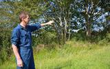 Jappie Hooisma uit Kootstertille bij een van de boomwallen op zijn land.