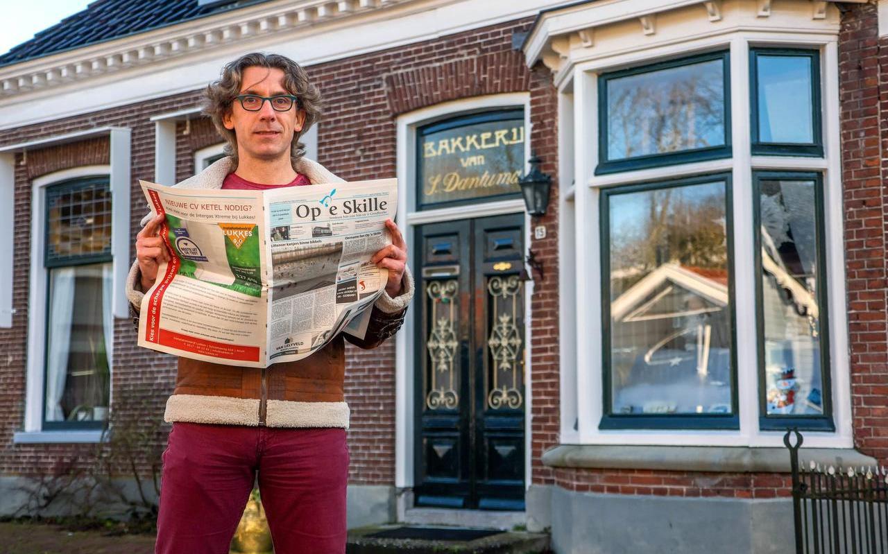 Gerben van Snits met 'zijn' nieuwe krant.
