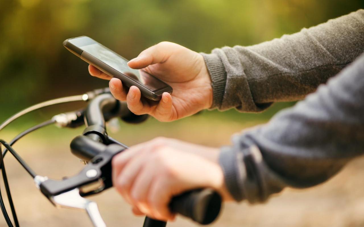Vanaf juli van dit jaar is appen op de fiets verboden.