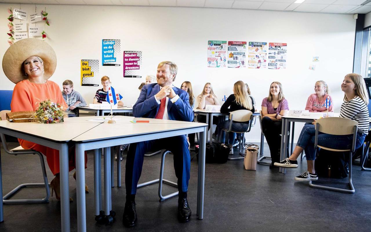 Koning Willem-Alexander en koningin Maxima op Friese les in OSG Singelland.