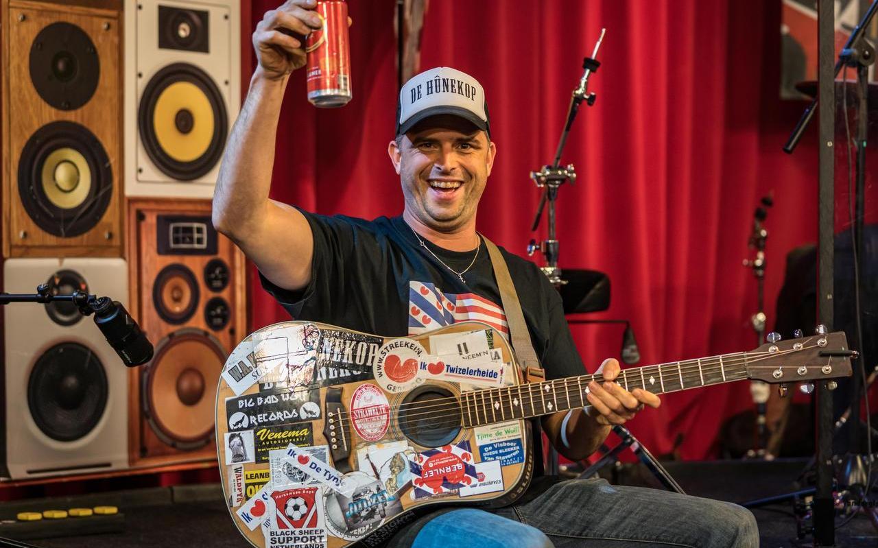 De gitaar van Emiel Stoffers is een collectors item, omdat het traditie is dat bij ieder optreden andere bands, zuipketen of bedrijven er hun sticker op plakken.