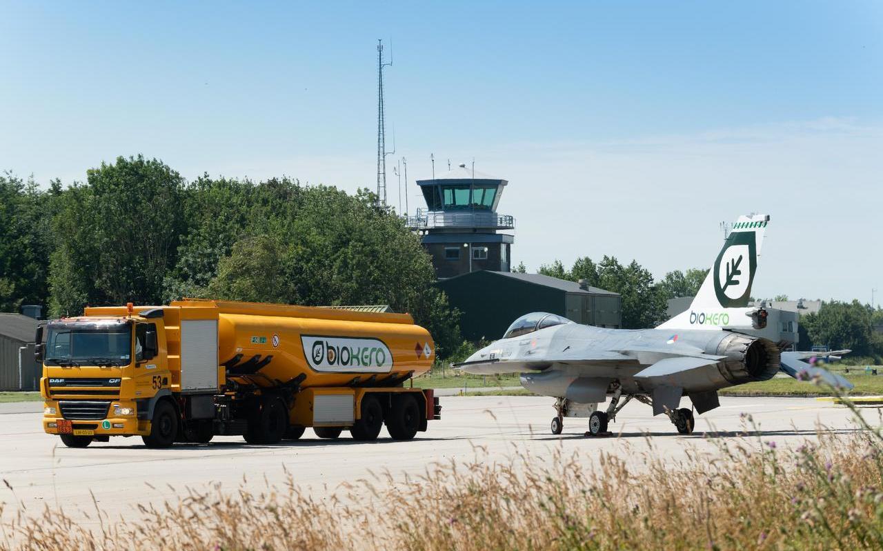 Een F-16 van Vliegbasis Leeuwarden wordt in 2018 voorzien van biofuel. Dit groene alternatief voor kerosine is moeilijk verkrijgbaar