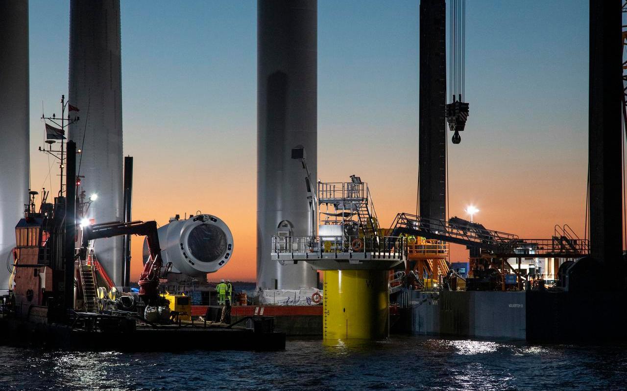 Windturbines worden opgebouwd in Windpark Fryslân.