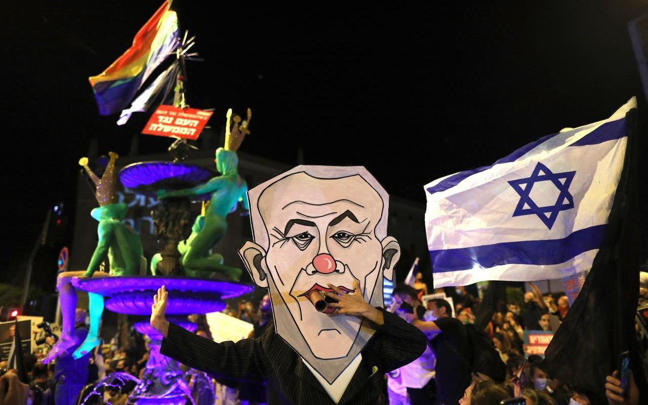 In Libanon en Israël verwijten betogers de politieke leiding corruptie en nalatigheid.