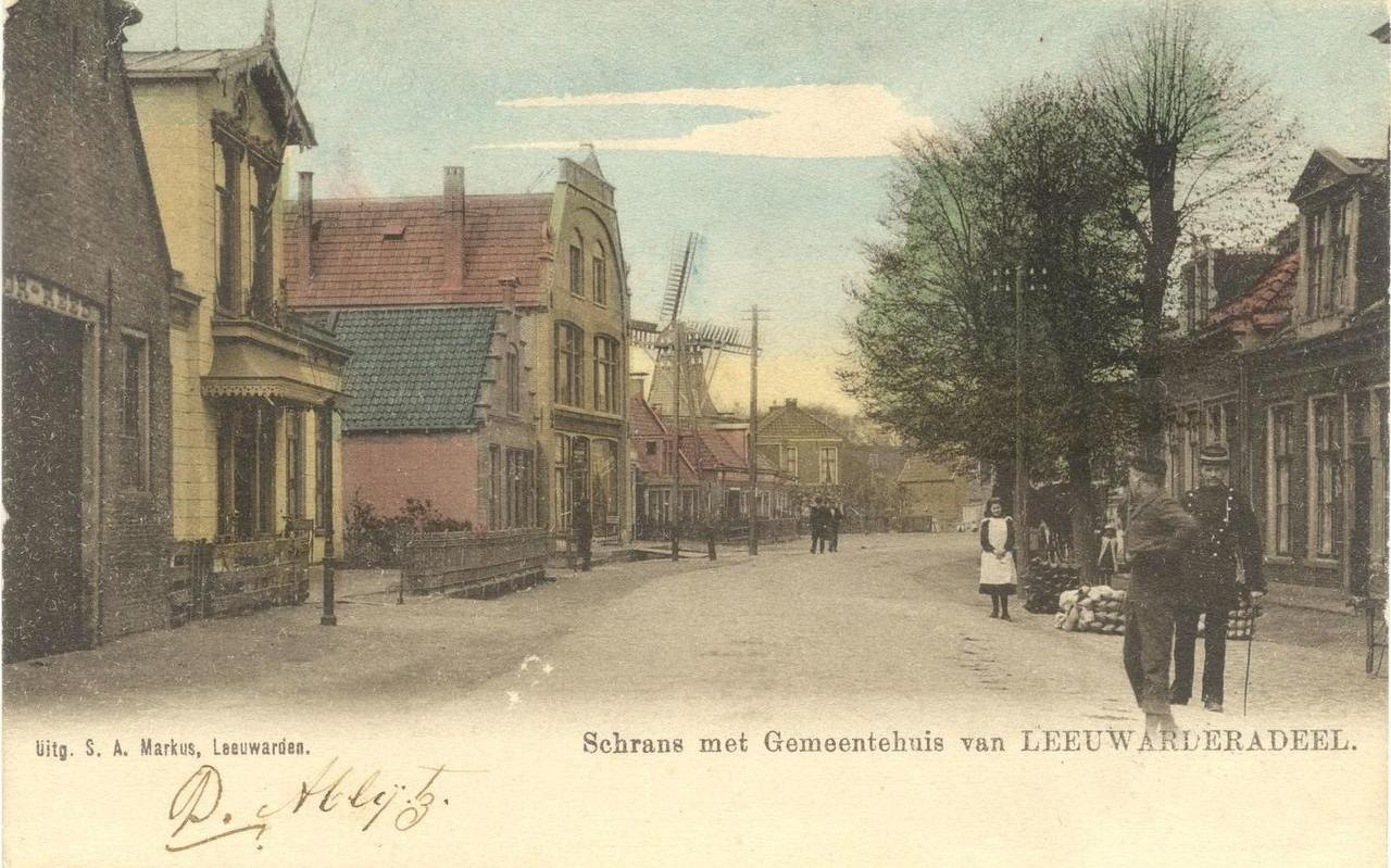 De schrans rond 1900, voor de sloop van het voormalige gemeentehuis van Leeuwarderadeel (links) in 1916. In dat jaar werd een nieuw gemeentehuis gebouwd dat tot 1965 dienst deed.
