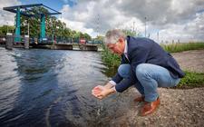 Dijkgraaf Hein Pieper bij de Oude IJssel.