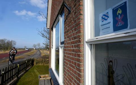 Een bewoner in Ternaard heeft in 2018 een protestbord opgehangen tegen mogelijke gaswinning in de regio.