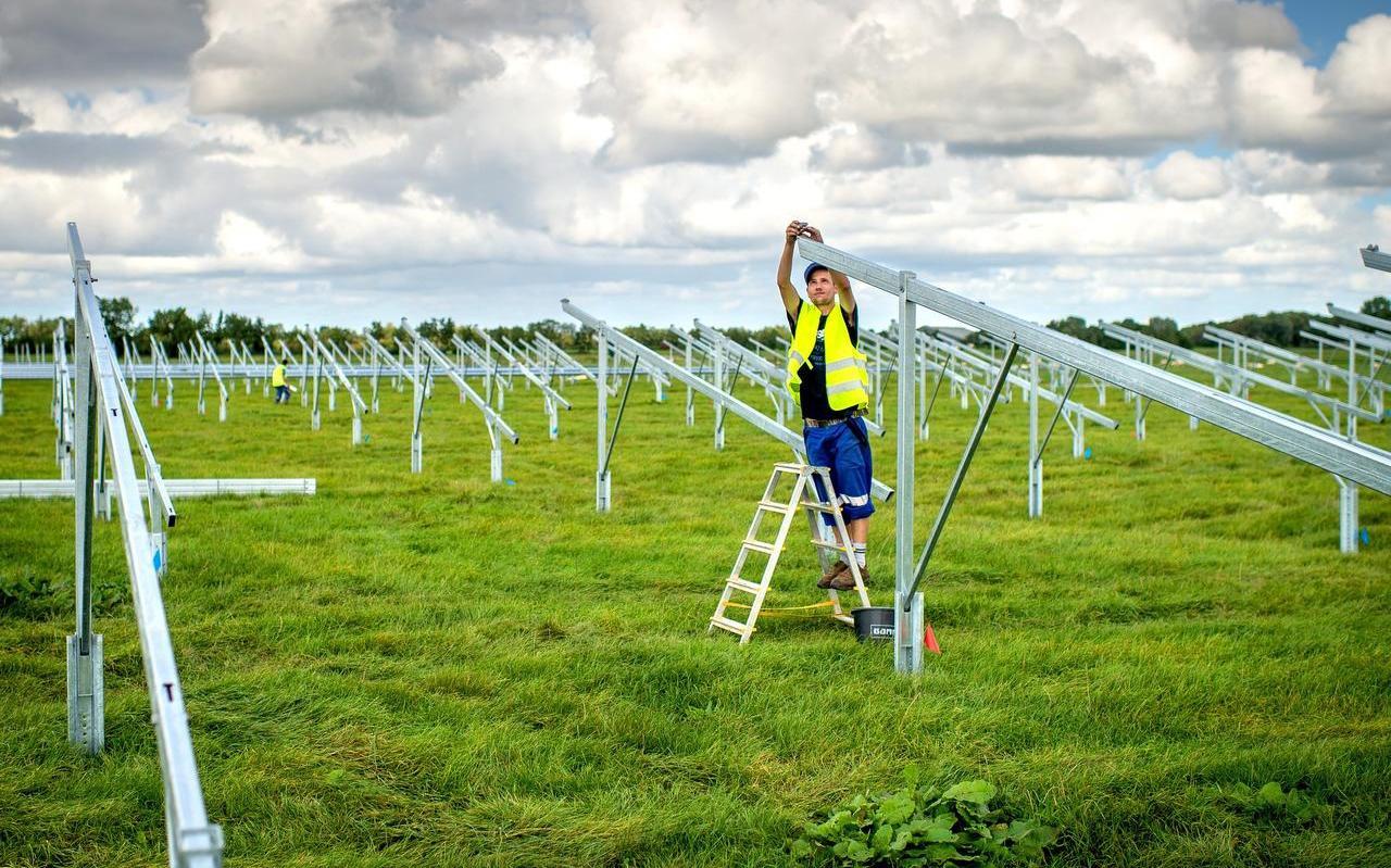 Installateurs zijn bezig met het aanleggen van zonnepanelenpark.