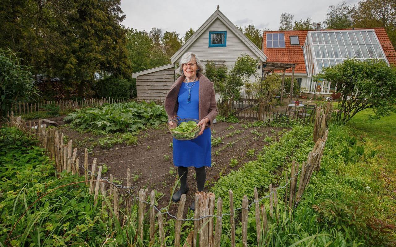 Gertrud van Leeuwen stelt haar duurzame tuin graag open voor bezichtiging.