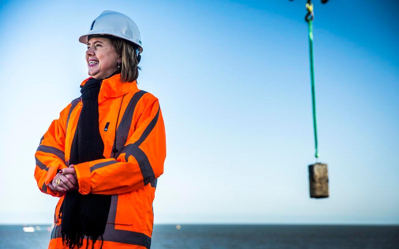Minister Cora van Nieuwenhuizen van Infrastructuur en Waterstaat tijdens het officiele startsein voor de daadwerkelijke versterking van de Afsluitdijk.