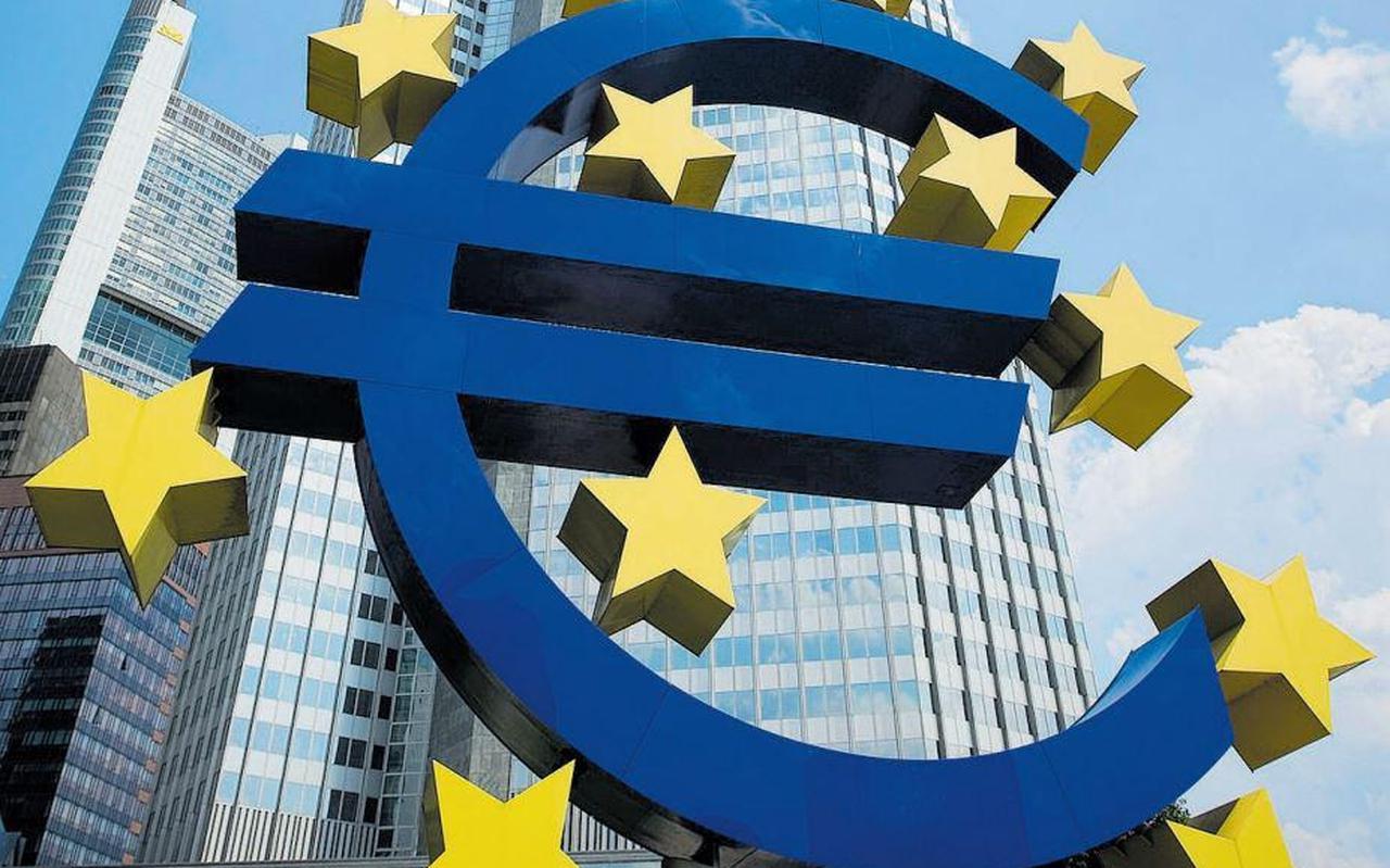 Investeren in nieuwe activiteiten is een remedie om de economie weer te laten opleven.Daarnaast zal de ECB de rente weer moeten verhogen, zodat er over de hele linie weer positieve rentes zijn.